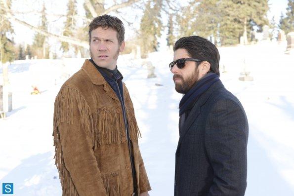 Fargo - Episode 1.01 - Pilot - Promotional Photos (2)_595_slogo