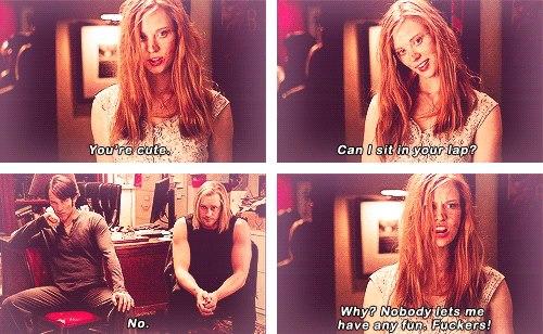 Jessica: Sevimlisin. Kucağına oturabilir miyim? Eric: Hayır. Jessica: N