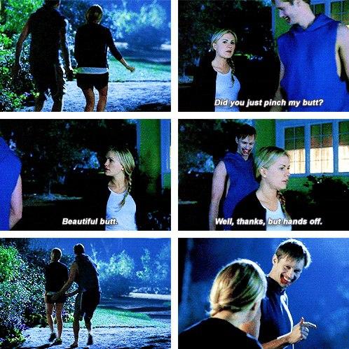 Sookie: Az önce popomu mu çimdikledin? Eric: Güzel popo. Sookie: İyi, teşekkürler ama çek ellerini.