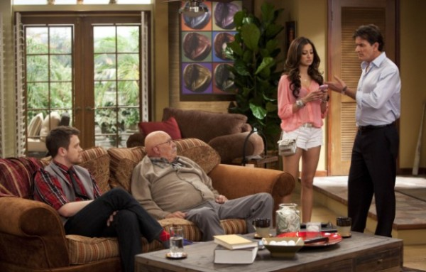 ANGER MANAGEMENT: Episode 1 (airing June 28, 9:00PM ET/PT) : L-R: Michael Arden, Barry Corbin, Noureen DeWulf and Charlie Sheen in ANGER MANAGEMENT. CR: Greg Gayne / FX.