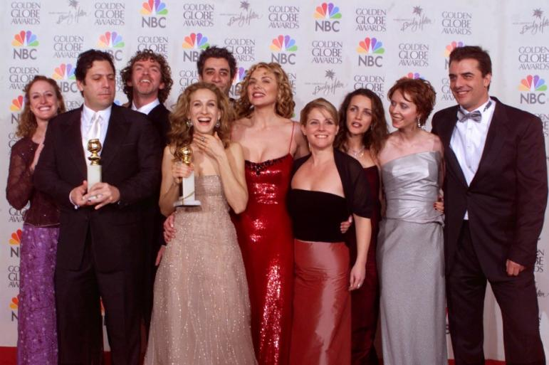 146643-cast-and-producers-of-sex-and-the-city-pose-with-golden-globe-award