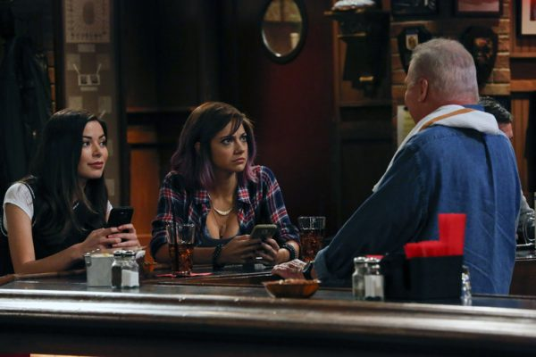 "CROWDED -- ""Amongst the Waves"" Episode 104 -- Pictured: (l-r) Miranda Cosgrove as Shea, Mia Serafino as Stella, Stacy Keach as Bob -- (Photo by: Vivian Zink/NBC)"