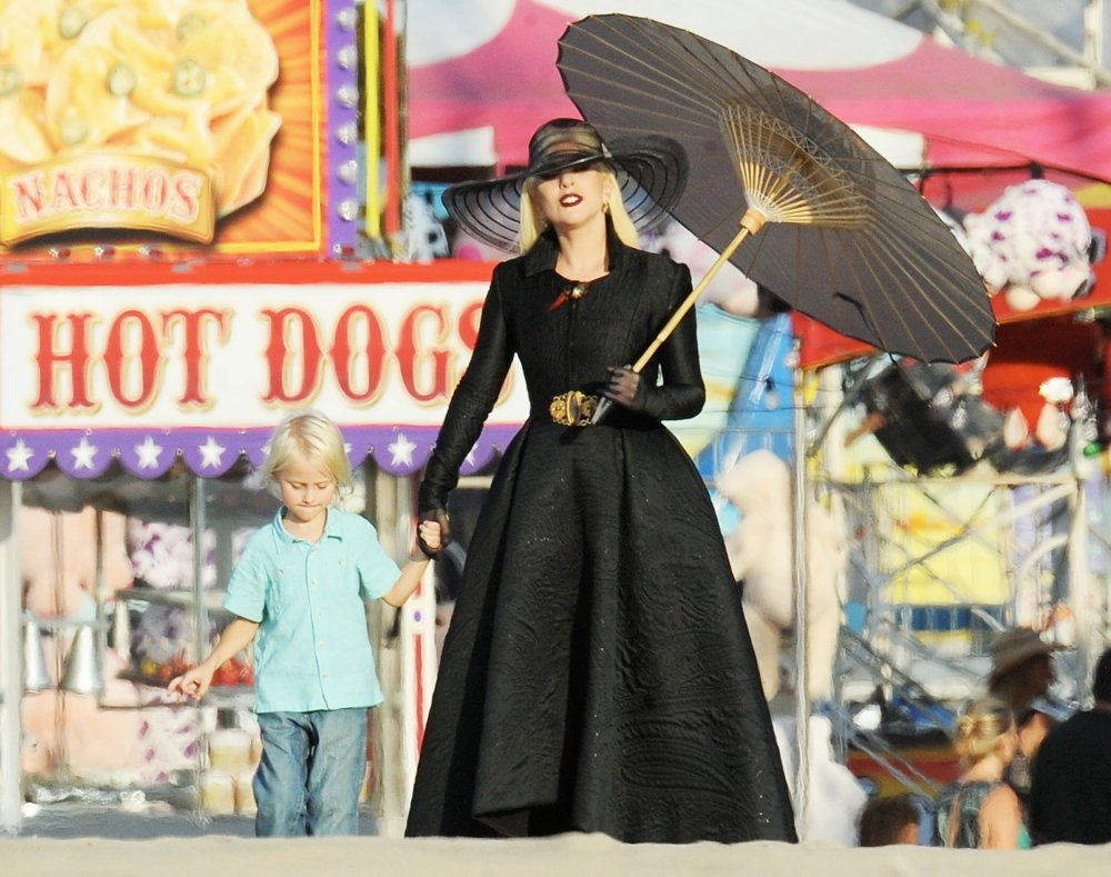 lady-gaga-beach-carnival-scene-american-horror-story-hotel-10