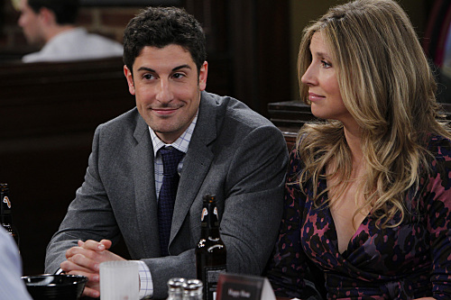 """""""Pub Quiz"""" -- Ben (Jason Biggs), Kate (Sarah Chalke) Larry and Connie meet at the pub for the weekly quiz, on MAD LOVE, Mondays (8:30-9:00 PM, ET/PT) on the CBS Television Network. Photo: CLIFF LIPSON/CBS ©2011 CBS BROADCASTING INC. All Rights Reserved."""